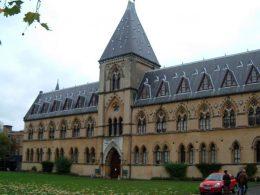 Imagen cabecera de entrada: [Cine] Primera imagen de Kit Harington en el set de Eternals y el rodaje se mueve al Museo de Historia Natural de la Universidad de Oxford