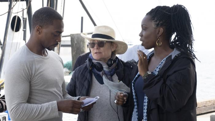 La directora Kari Skogland, el actor Anthony Mackie y la actriz Adepero Oduye en una imagen del set de rodaje de The Falcon and The Winter Soldier