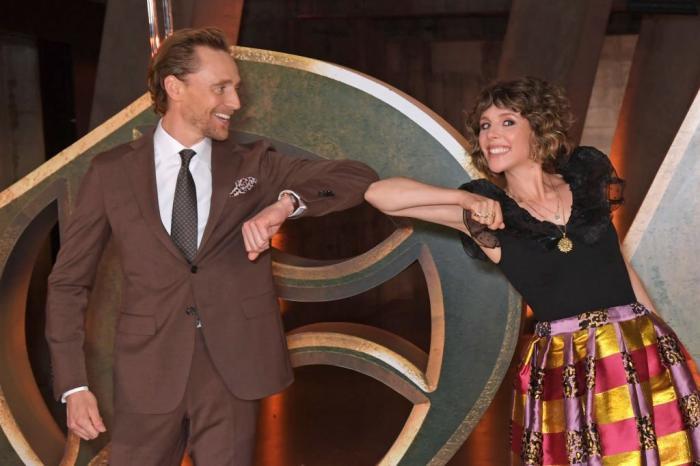 Tom Hiddleston y Sophia Di Martino en la premiere de la serie Loki (2021