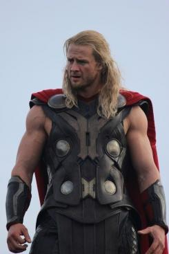 Imagen del set de rodaje de Thor: The Dark World (2013), Bobby Holland Hanton, el doble de Chris Hemsworth