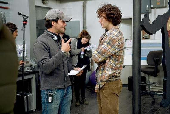 Imagen oficial del set de rodaje de Kick-Ass 2 (2013), el director Jeff Wadlow y el actor Aaron Taylor-Johnson
