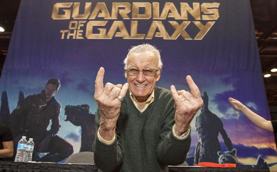 Stan Lee frente a un póster de Guardianes de la Galaxia (2014)