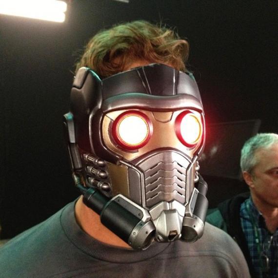 Imagen detrás de las cámaras de Guardianes de la Galaxia (2014), Chris Pratt con el casco de Star-Lord