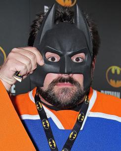 Kevin Smith con una máscara de Batman