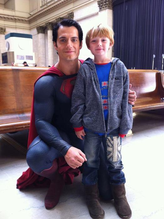 Un fan con Henry Cavill con el traje de Superman de Man of Steel (2013), en Los Angeles (California, Estados Unidos)