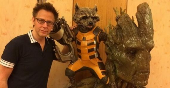 El director James Gunn con las estatuas de Mapache Cohete y Groot de Guardianes de la Galaxia (2014)