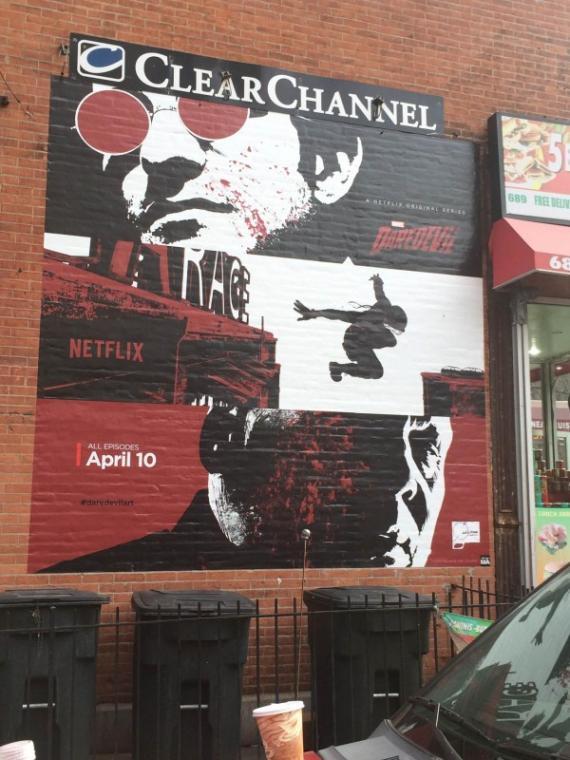 Banners de Daredevil dibujados por Joe Quesada vistos en la auténtica Hell's Kitchen
