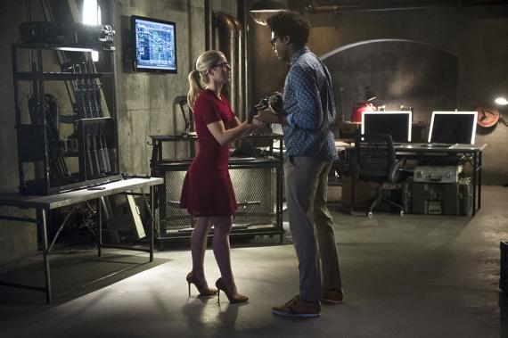 Felicity Smoak y Curtis Holt en la cuarta temporada de Arrow