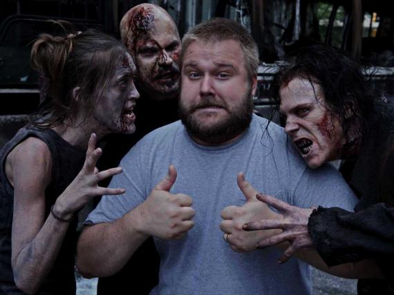 Robert Kirkman junto a zombis de The Walking Dead