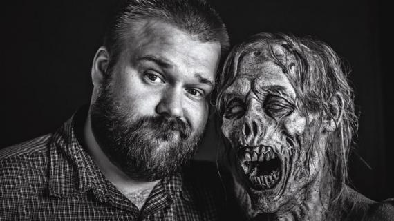 Robert Kirkman junto a un zombi de The Walking Dead