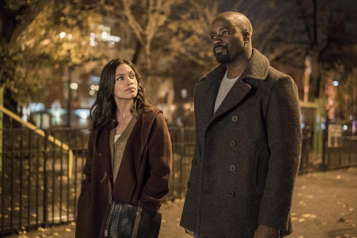 Imagen de la primera temporada de Luke Cage (2016), Luke Cage y Claire Temple