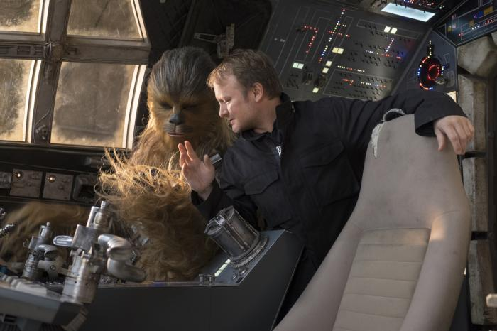 Rian Johnson y Chewbacca en el set de Star Wars: The Last Jedi / Star Wars: Los últimos Jedi (2017)