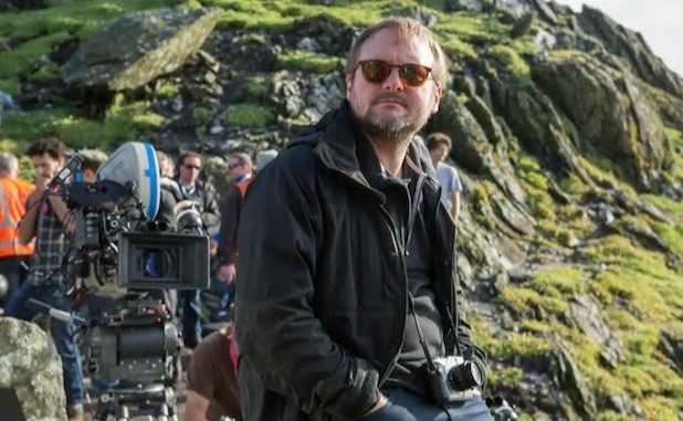 El director Rian Johnson en el set de Star Wars: Los últimos Jedi (2017)