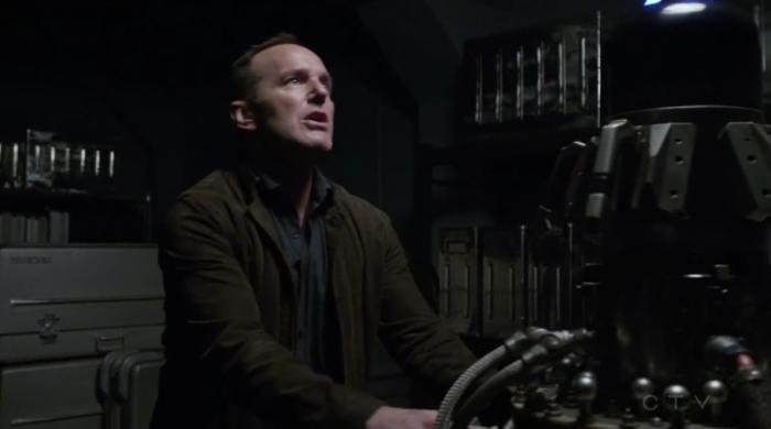 Coulson establenciendo las coordenadas para escapar (capítulo 16)