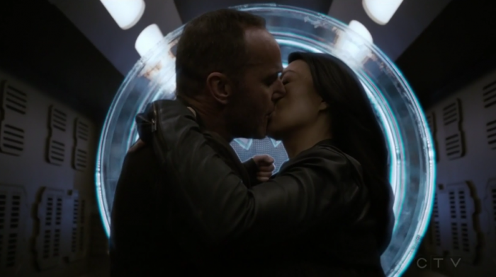 Coulson y May se besan (capítulo 21)