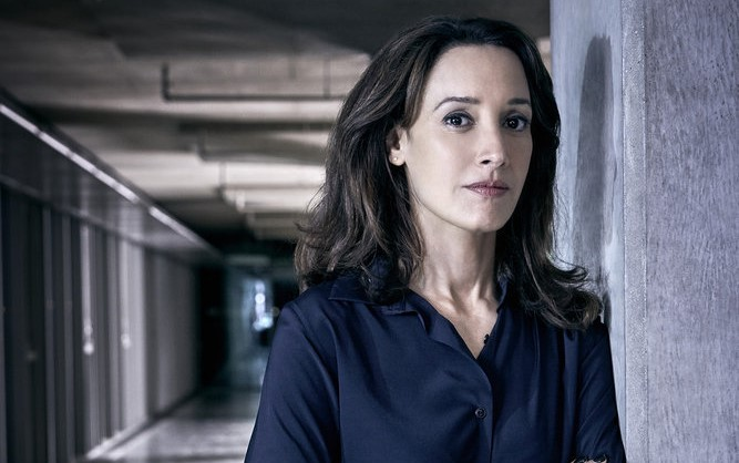 Jennifer Beals será la Sheriff Lucilia Cable en Swamp Thing