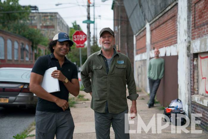 Imagen de M. Night Shyamalan y Bruce Willis en el set de Glass
