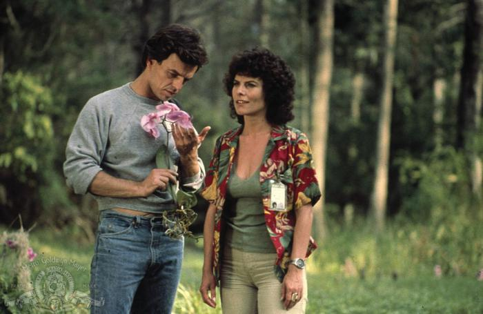 Adrienne Barbeau como Alice Cable y Ray Wise como Alec Holland en La cosa del pantano/Swamp Thing (1982)