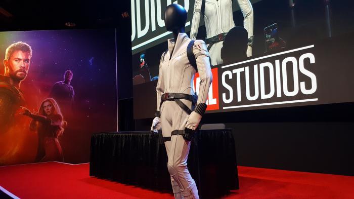 El traje blanco de Black Widow (2020) expuesto en la D23