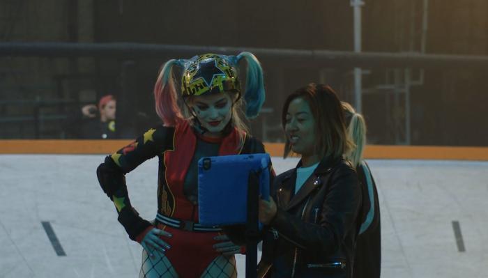 Imagen de Margot Robbie y la directora Cathy Yan en el set de Birds of Prey
