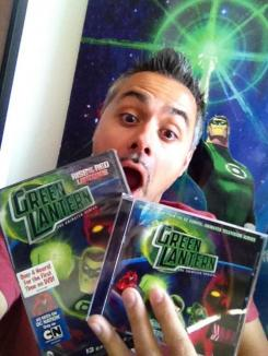 Giancarlo Volpe con los DVD de la primera temporada de Green Lantern: The Animated Series y la BSO
