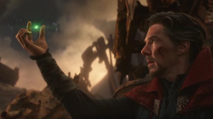 Doctor Strange le entrega la Piedra o Gema del Tiempo a Thanos en Vengadores: Infinity War (2018)