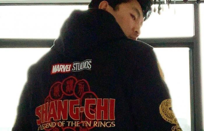 Simu Liu con la sudadera de Shang-Chi and the Legends of the Rings